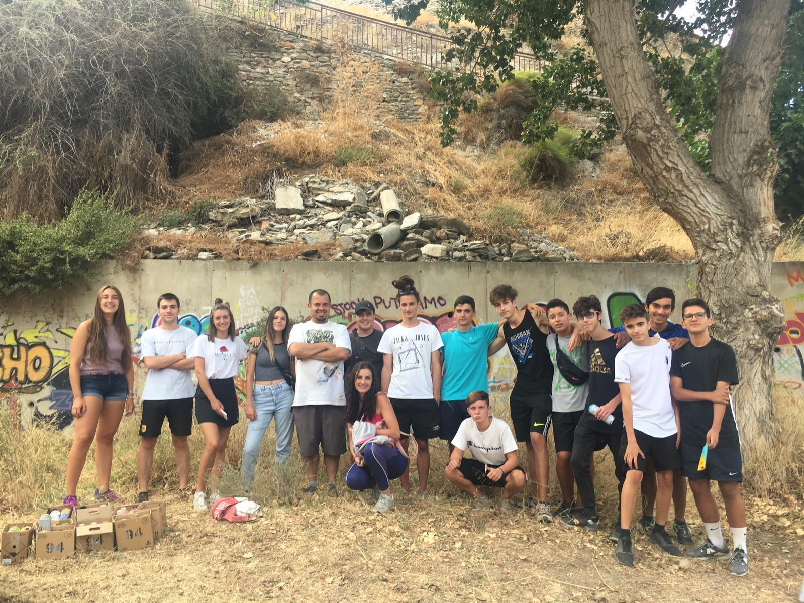 Jóvenes de Bacares participan en un taller de grafiti del Programa 'Experiencias Creativas'