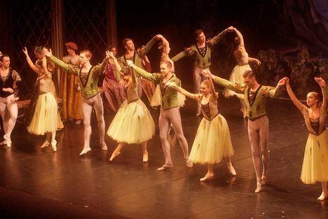 El Ballet Nacional Ruso fascina al público con 'El Lago de los cisnes' en el Auditorio de Roquetas
