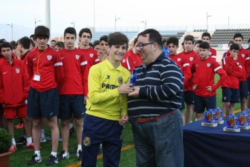 Roquetas felicita al jugador de fútbol Álex Baena por su debut en Primera División