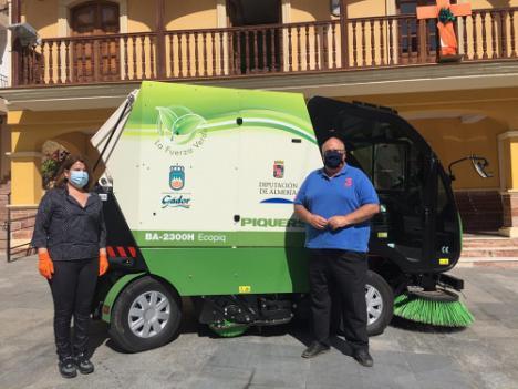 Diputación garantiza la desinfección de Gádor con una nueva máquina barredora