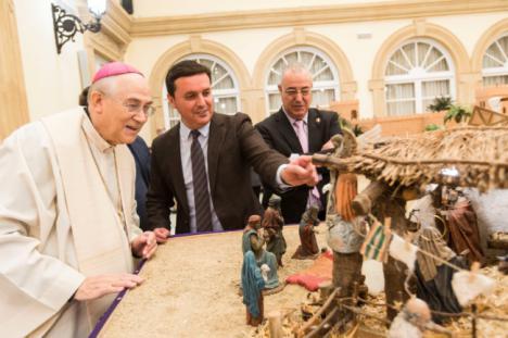 La Navidad llega a la Diputación con la bendición del tradicional Belén