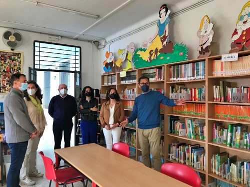 El delegado de Educación visita la biblioteca del CEIP San Indalecio