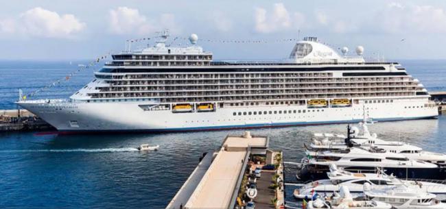 El crucero Seven Seas Explorer hace escala en el Puerto de Almería