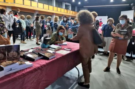 "La escritora veratense Noelia Pérez Ponce presenta ""Creencias Peligrosas"""