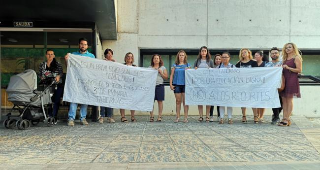 Concentración ante Educación para exigir el desdoblamiento de un aula en Tabernas