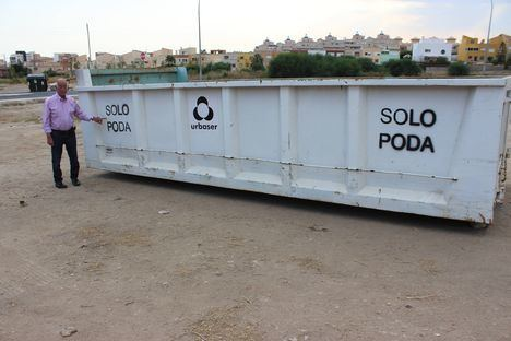Roquetas despliega quince grandes contenedores específicos para el depósito de restos de las podas