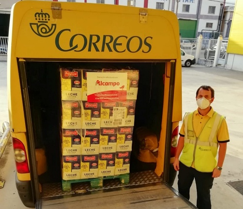 Correos transporta 2.160 litros de leche donados al Banco de Alimentos de Almería