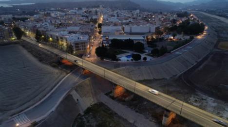 El antiguo puente de hierro de Cuevas se ilumina para dar visibilidad al síndrome de Dravet