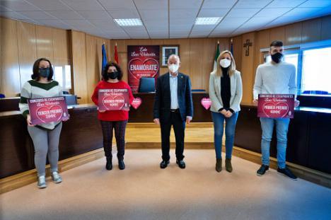 Algo más regalos gana el concurso de escaparates de San Valentín