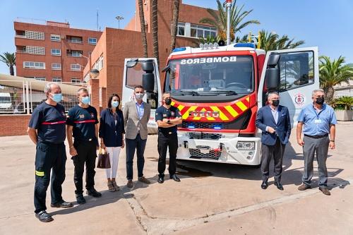 El Ayuntamiento recibe un nuevo camión de bomberos de la Autoridad Portuaria