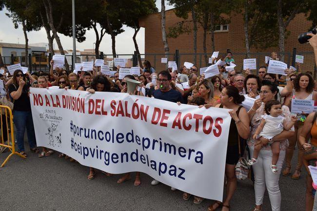 Padres y madres del Virgen de la Paz de Vícar se oponen a la división del salón de actos