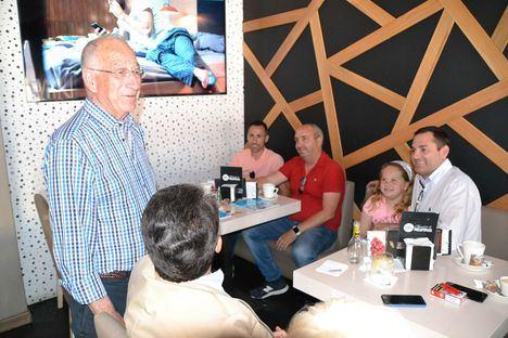 Amat presenta a vecinos de Las Salinas el proyecto de la conexión verde junto a la Rambla de El Cañuelo