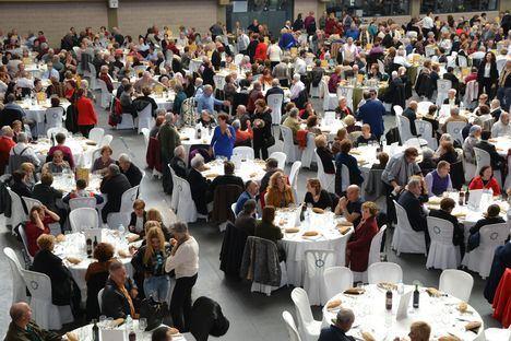 900 mayores de Roquetas celebran su tradicional comida de Navidad