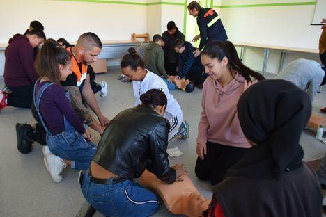 800 escolares de Vícar aprende sobre drogas y conducción