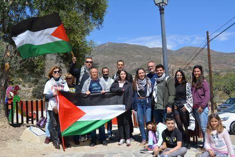 Una placa en Almócita recuerda el 43 aniversario del Dia de la Tierra palestina