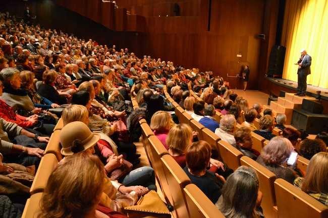 La Escuela de Teatro de Roquetas levanta al público con 'Ser infiel y no saber con quién'