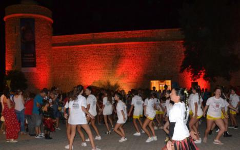 El Castillo de Santa Ana se tiñe de rojo para concienciar sobre Duchenne