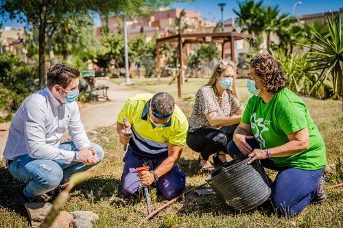 Ayuntamiento de Roquetas y Ecologistas en Acción plantan 5 tarays por el Día del Medioambiente