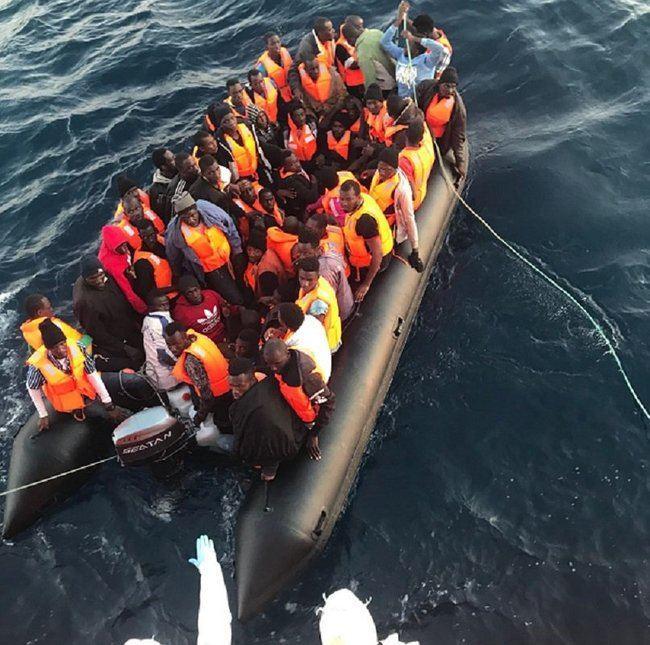 Interceptada una embarcación con 53 inmigrantes subsaharianos que son trasladados al Puerto de Almería