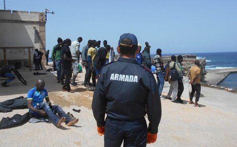 Trasladan al puerto a 49 hombres que llegaron a la isla de Alborán en patera