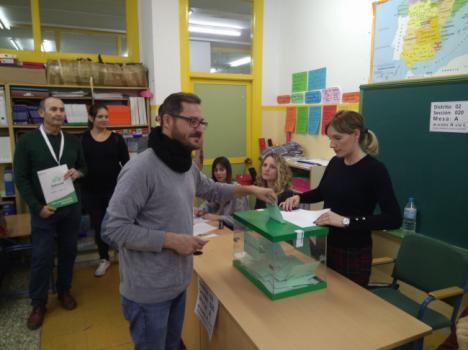 El candidato de Adelante Andalucía vota en su colegio