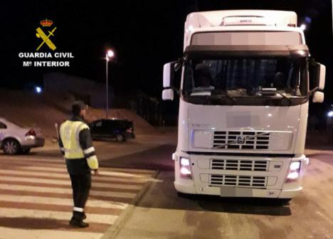 El conductor de un camión de 40 toneladas quintuplicaba la tasa de alcohol y llevaba un menor