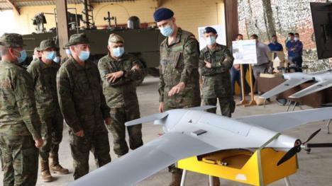 El Jefe de Estado presencia unos ejercicios militares en Viator