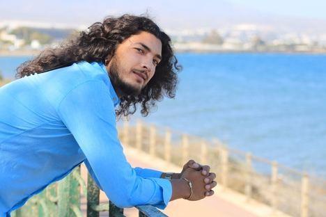 El cantaor almeriense Edu García actúa mañana jueves en el Anfiteatro de Roquetas de Mar