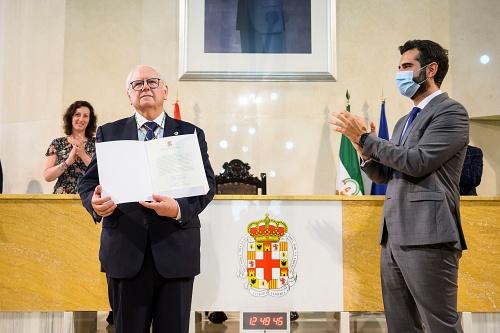 Emilio Gómez-Lama recibe el Escudo de Oro de la Ciudad