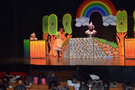 700 Escolares De Vícar Asisten A La Representación De 'El Mago De Oz'