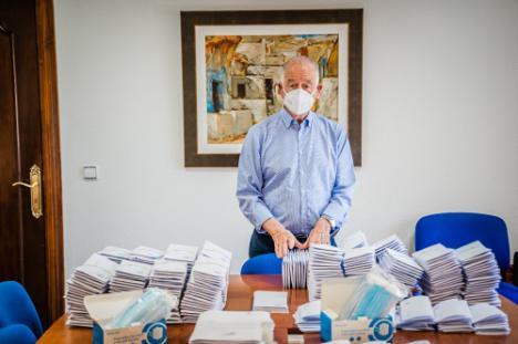 Los 10.000 roqueteros con más de 65 años reciben una mascarilla por correo