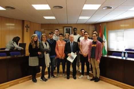 Alumnos del IES Turaniana presentan al alcalde de Roquetas cuatro proyectos para los parques municipales