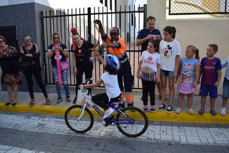 """Los niños muestran su destreza en bicicleta en las Carreras de Cintas y """"Chuches"""" de Feria"""
