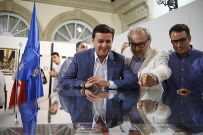 El Patio de Luces de Diputación se llena con'75 años de Amor en Almería'