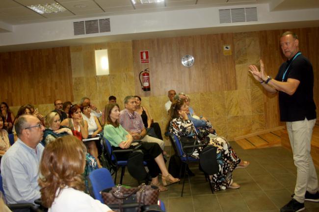García Aguado insta a los padres a ayudar a sus hijos a ser críticos con las redes sociales