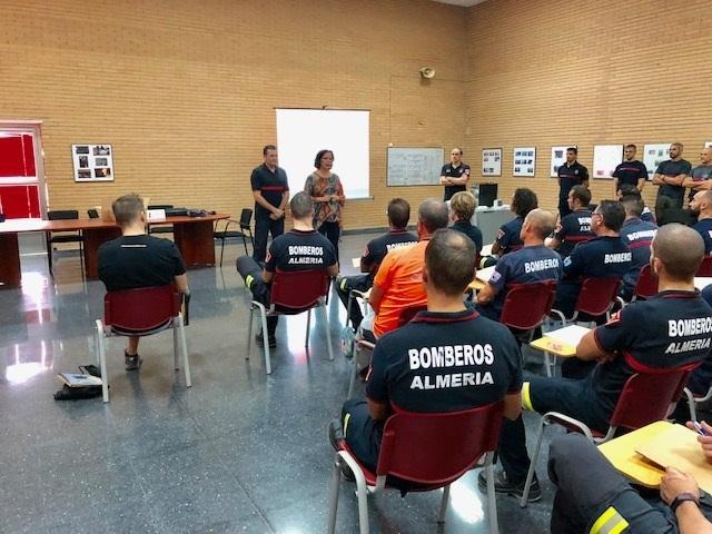 La Junta forma a bomberos de Almería en seguridad durante operaciones de salvamento en vertical