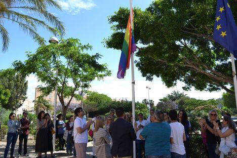 La bandera arcoíris ondea en la Universidad de Almería por un campus sin discriminación