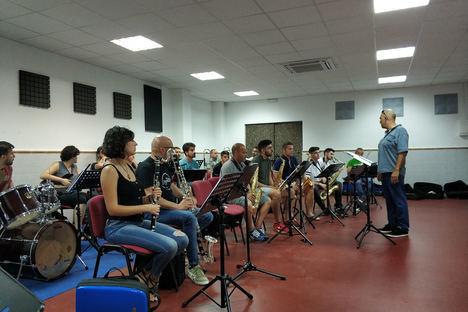 Sergi Vergés transmite su experiencia en el Curso de Verano sobre dirección de Big Band