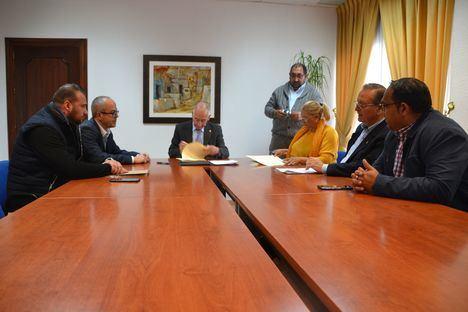 El alcalde de Ropquetas firma su colaboración con la Federación Gitana de Almería