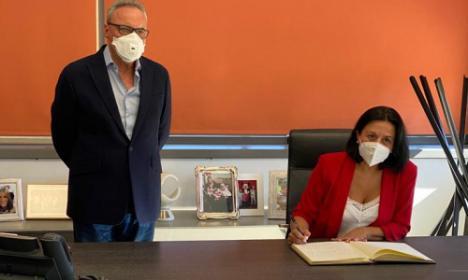 La Alcaldesa de Cantoria visita las instalaciones de Grupo Cosentino