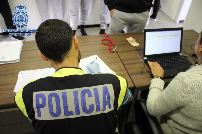Tres detenidos por tripular una patera con 53 personas rescatada en aguas almerienses