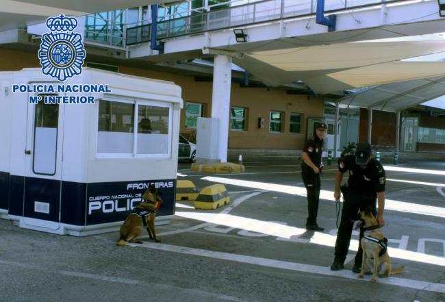 17 menores no acompañados localizados ocultos en camiones en Almería durante la OPE