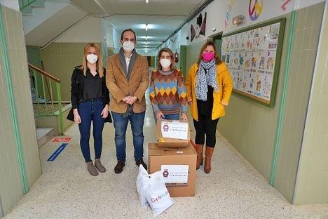 El Ayuntamiento de Carboneras reparte 3.000 mascarillas FFP2 en los colegios