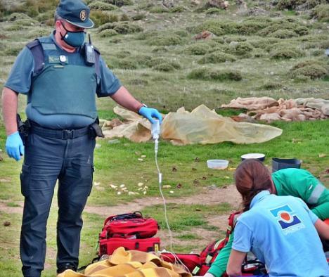 La Guardia Civil auxilia a un hombre en una zona de difícil acceso en Dalias