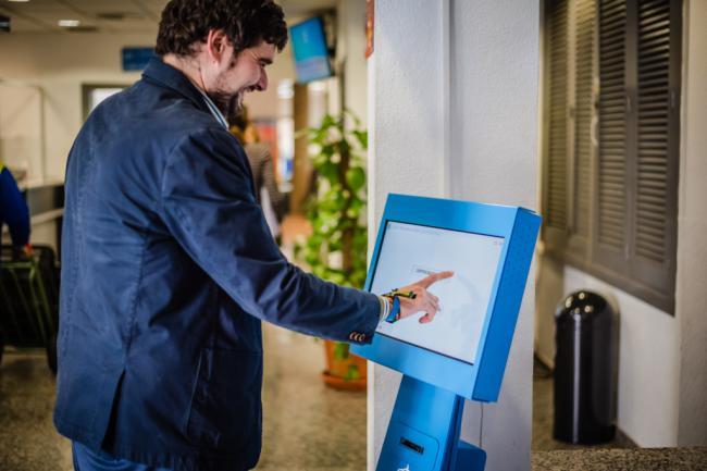El Ayuntamiento de Roquetas estrena tótems de gestión de colas