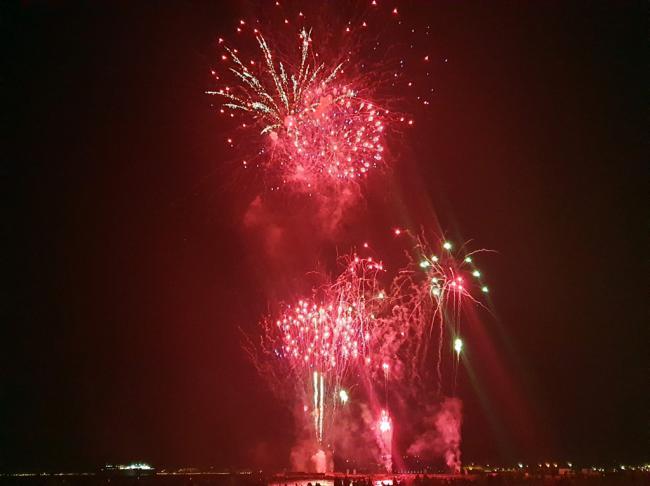La banda sonora de películas rodadas en Almería acompaña a los fuegos artificiales del fin de Feria
