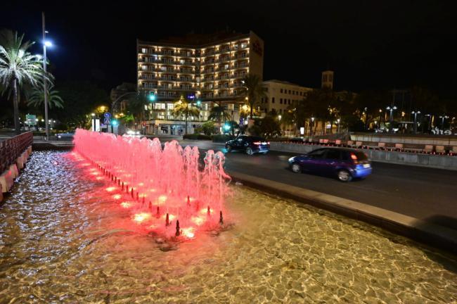 Almería se tiñe de rojo para concienciar sobre la distrofia muscular de Duchenne