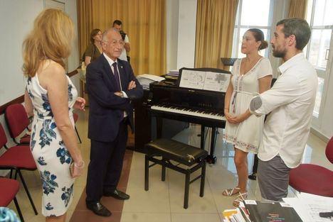 Amat visita la Escuela Municipal de Música, Danza y Teatro en el inicio del nuevo curso