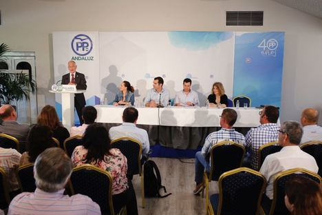 Amat anima a los alcaldes del PP a respaldar a Juanma Moreno