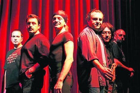 Apache, el mejor grupo de versiones de España, actúa mañana viernes en la explanada del Faro de Roquetas